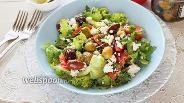 Фото рецепта Салат с помидорами, брынзой, оливками и греческой заправкой