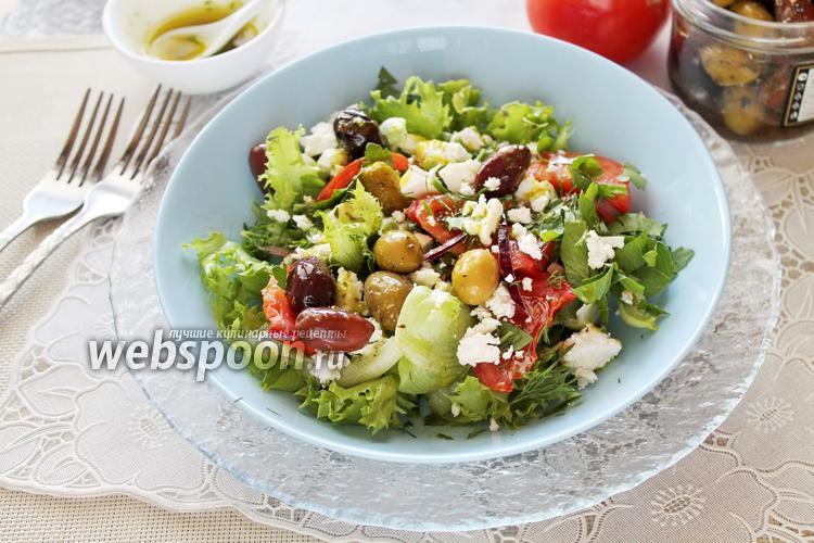 Фото Салат с помидорами, брынзой, оливками и греческой заправкой