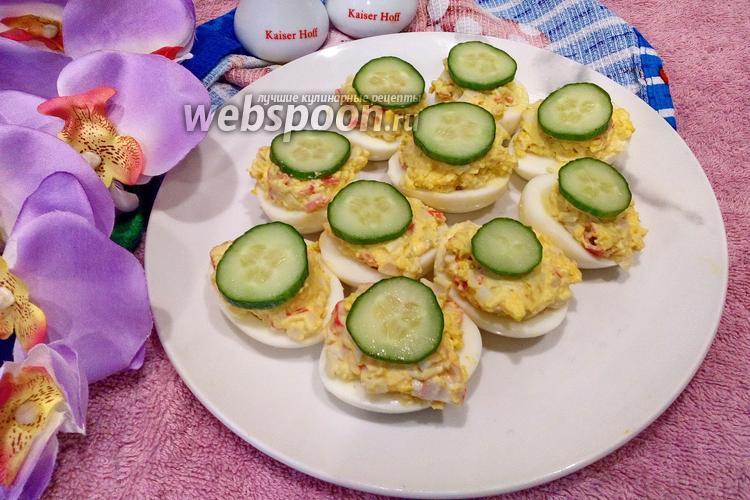 Фото Яйца фаршированные крабовыми палочками и чесноком