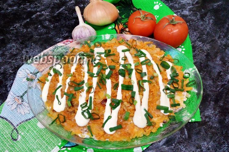 Фото Слоёный салат с консервированной рыбой, жареными овощами и рисом