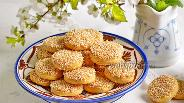 Фото рецепта Солёное печенье из плавленых сырков с кунжутом