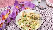 Фото рецепта Салат с крабовыми палочками и солёными огурцами