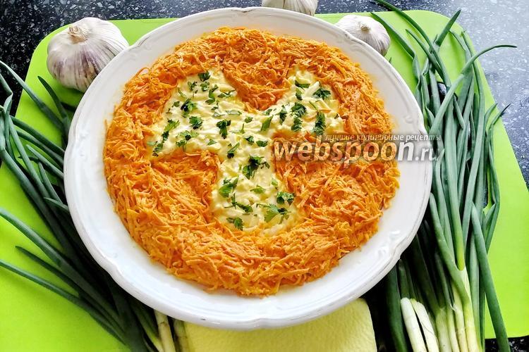 Фото Салат из сырой моркови с сыром и яйцом