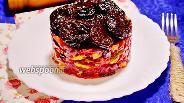 Фото рецепта Салат из свёклы с черносливом и солёным огурцом