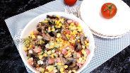 Фото рецепта Салат с кукурузой и жареными шампиньонами