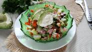 Фото рецепта Салат из зимних овощей с авокадо и колбасой