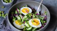 Фото рецепта Салат со свежим горошком и огурцом с яйцами