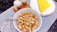 Фото рецепта Салат из пекинской капусты с сухариками и копчёной колбасой
