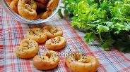 Фото рецепта Творожные крендели с аджикой и травами