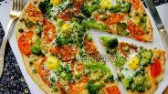 Фото рецепта Пицца с брокколи и перепелиными яйцами