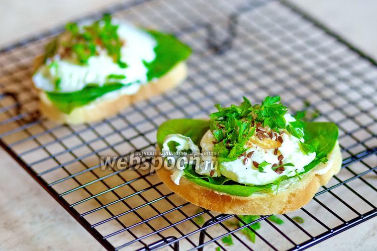 Фото Сэндвич с яйцом пашот и шпинатом