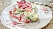 Фото рецепта Салат из помидоров и огурцов со сметаной