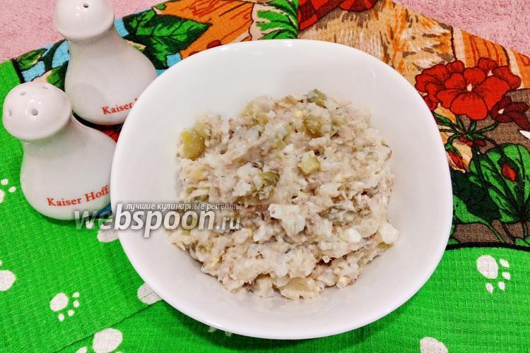 Фото Салат с рисом, консервированной рыбой и солёным огурцом