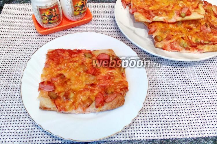 Фото Мини-пицца из слоёного теста с сосисками и корнишонами