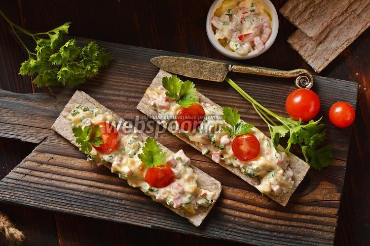 Фото Бутерброд из хлебцов с сыром и свежим помидором