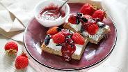 Фото рецепта Тосты с мягким сыром и ягодами