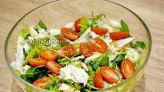 Фото рецепта Салат с кальмарами и свежими овощами без майонеза