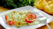 Фото рецепта Салат из курицы с оливками и помидорами