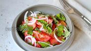 Фото рецепта Салат из помидоров с базиликом и луком
