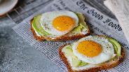 Фото рецепта Тост с авокадо и яичницей
