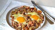 Фото рецепта Яичница с колбасой и шампиньонами