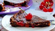 Фото рецепта Пирог с вишнёвой начинкой под шоколадной глазурью