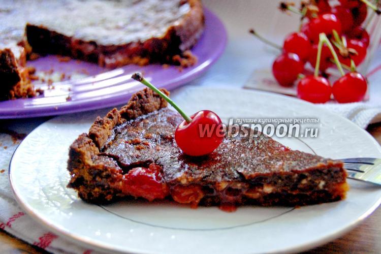 Фото Пирог с вишнёвой начинкой под шоколадной глазурью