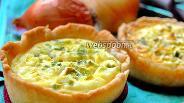 Фото рецепта Порционные луковые мини-пироги со сметанной заливкой