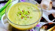 Фото рецепта Куриный крем-суп со стручковой фасолью и консервированным горошком