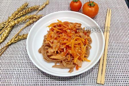 Фото рецепта Гречневая лапша с куриным окорочком и помидором
