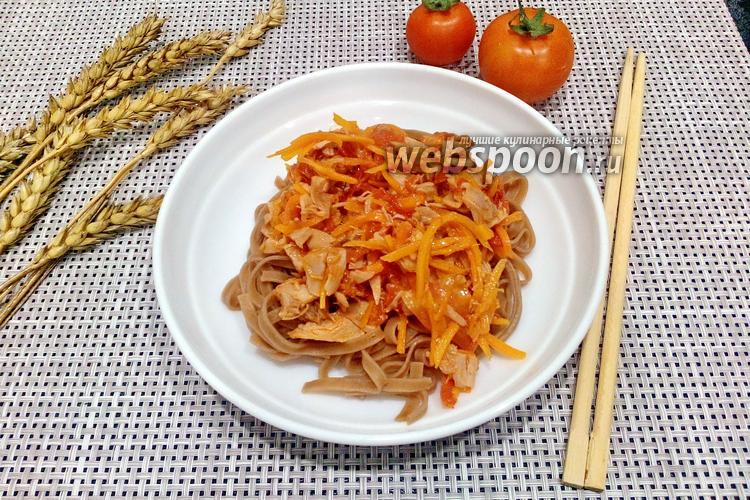 Фото Гречневая лапша с куриным окорочком и помидором