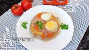 Фото рецепта Куриное заливное с кукурузой и яйцом
