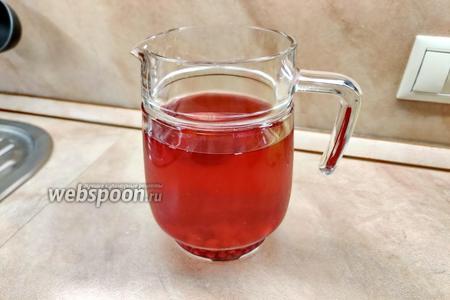 Фото рецепта Компот из вишни, клубники и красной смородины