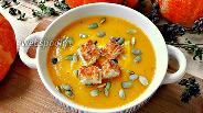 Фото рецепта Тыквенный суп-пюре с паприкой, семечками и чесночными гренками