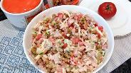Фото рецепта Салат из грудинки с горошком и копчёным сыром