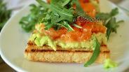 Фото рецепта Тосты с пастой из авокадо, солёной рыбой и рукколой