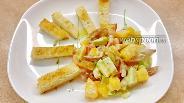 Фото рецепта Салат из разноцветных помидоров с сухариками и авокадо