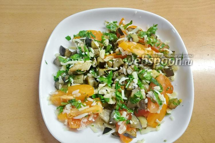Фото Тёплый салат с баклажанами с сыром и помидорами