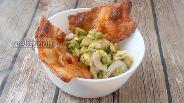 Фото рецепта Закуска из авокадо, маринованного лука и бекона