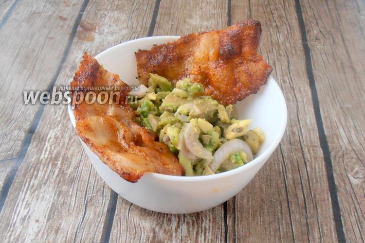 Фото Закуска из авокадо, маринованного лука и бекона