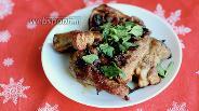 Фото рецепта Жареные рёбрышки с луком, перцем чили и кориандром
