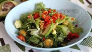 Фото рецепта Салат с зеленью, авокадо, оливками