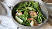 Фото рецепта Салат с креветками, авокадо и шпинатом