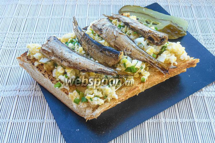 Фото Бутерброд со скрэмблом и шпротами