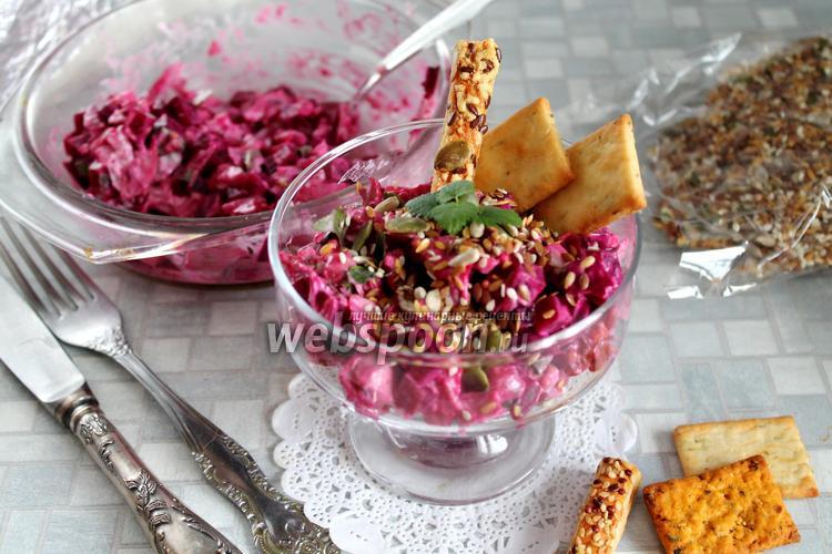 Фото Салат со свёклой, маринованным луком и курицей