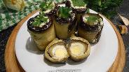 Фото рецепта Рулетики из печёного баклажана с перепелиными яйцами и сыром