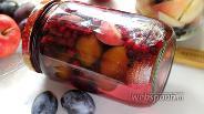 Фото рецепта Сливово-яблочный компот с брусникой на зиму