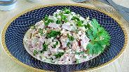 Фото рецепта Пикантный салат с колбасой, солёным огурцом и яблоком