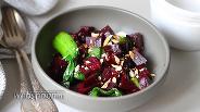 Фото рецепта Тёплый салат со свёклой, пак-чоем и орехами