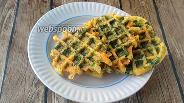 Фото рецепта Вафли из яиц, сыра и шпината